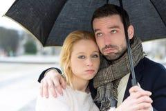 Портрет молодой пары на праздниках под дождем Стоковое Изображение