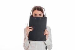 Портрет молодой прелестной девушки работника центра телефонного обслуживания с наушниками и представлять микрофона изолированной  Стоковые Изображения