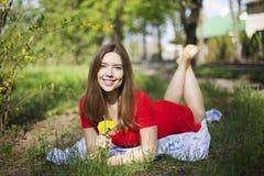 Портрет молодой привлекательной девушки с димплами усмехается и взгляды a Стоковое Фото