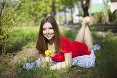Портрет молодой привлекательной девушки с димплами усмехается и взгляды a Стоковые Изображения RF