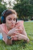 Портрет молодой привлекательной девушки слушая к музыке с наушниками Стоковое фото RF