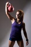 Портрет молодой привлекательной женской делая тренировки o колокола чайника Стоковые Изображения RF