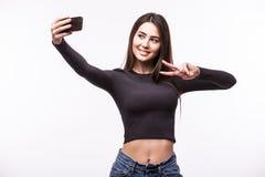 Портрет молодой привлекательной женщины делая фото selfie на smartphone Стоковая Фотография