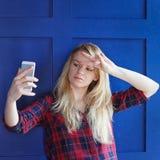 Портрет молодой привлекательной женщины делая фото selfie на smartphone Стоковое Фото