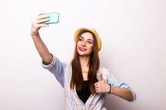 Портрет молодой привлекательной женщины при шляпа делая фото selfie Стоковое Фото