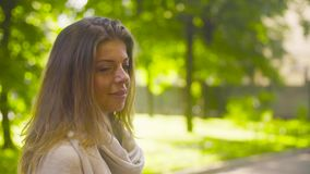 Портрет молодой привлекательной женщины против деревьев акции видеоматериалы