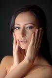 Портрет молодой привлекательной женщины brunnete держа ее сторону в ее руках с сахаром на ее губах Стоковое фото RF