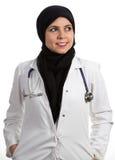 Портрет молодой дружелюбный красивый мусульманский женский усмехаться доктора Стоковые Изображения