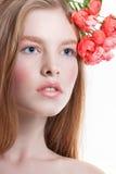 Портрет молодой рыжеволосой девушки на белой предпосылке Стоковые Фото