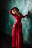 Портрет молодой сексуальной белокурой женщины в красном платье Стоковая Фотография