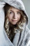 Портрет молодой сексуальной женщины представляя около серой стены Стоковое Фото