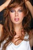Портрет молодой сексуальной женщины с массой длинных волос стоковое фото rf