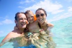 Портрет молодой семьи имея потеху в море Стоковое фото RF