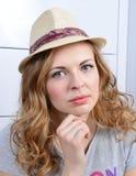 Портрет молодой серьезной смотря женщины стоковые изображения rf