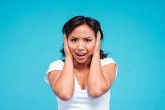 Портрет молодой сердитой азиатской женщины покрывая ее уши Стоковая Фотография RF