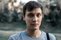 Портрет молодой сини наблюдал люди в парке Стоковое фото RF