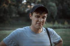 Портрет молодой сини наблюдал люди в парке Стоковое Изображение RF