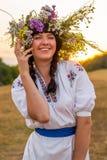 Портрет молодой смеясь над женщины в длинной вышитой белизне Стоковое Изображение