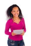 Портрет молодой счастливой африканской женщины используя таблетку цифров стоковые фотографии rf