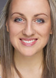 Портрет молодой счастливой белокурой женщины smilling стоковая фотография