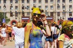 Портрет молодой счастливой девушки на фестивале цвета Holi в Волгограде Стоковые Изображения RF