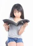 Портрет молодой счастливой девушки с книгой Стоковое фото RF