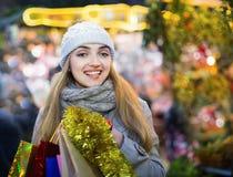 Портрет молодой счастливой усмехаясь женщины на рождестве справедливо Стоковая Фотография RF