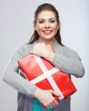 Портрет молодой счастливой усмехаясь подарочной коробки владением женщины усмехаться gir Стоковые Изображения