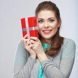 Портрет молодой счастливой усмехаясь подарочной коробки владением женщины усмехаться gir Стоковые Изображения RF