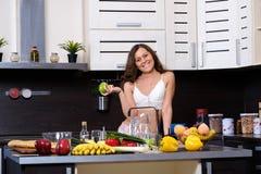 Портрет молодой тонкой женщины в женское бельё в кухне Стоковое Изображение