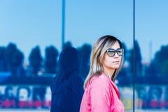 Портрет молодой уверенно кавказской женщины в большом mod города Стоковое фото RF