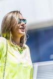 Портрет молодой уверенно кавказской женщины в большом mod города Стоковые Фотографии RF
