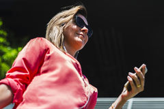 Портрет молодой уверенно кавказской счастливой женщины в большом cit Стоковая Фотография RF