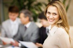 Портрет молодой уверенно усмехаться бизнес-леди Стоковые Фото