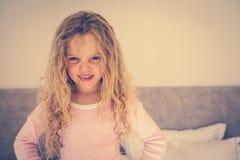 Портрет молодой усмехаясь девушки в спальне Стоковое фото RF