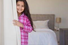 Портрет молодой усмехаясь девушки в спальне Стоковое Изображение