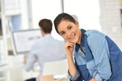 Портрет молодой усмехаясь женщины на офисе Стоковые Изображения RF