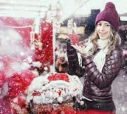 Портрет молодой усмехаясь женщины на рождестве справедливо Стоковое Изображение