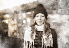 Портрет молодой усмехаясь женщины на рождестве справедливо Стоковое Фото