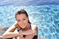 Портрет молодой усмехаясь женщины ослабляя в бассейне Стоковое Изображение RF