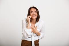 Портрет молодой успешной бизнес-леди над белой предпосылкой Стоковое фото RF