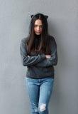 Портрет молодой черно-с волосами девушки смотря уныло Стоковое Фото