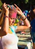 Портрет молодой blondy девушки на фестивале цвета holi Стоковое Изображение RF