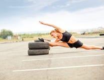 Портрет молодой Sporty женщины делая протягивающ тренировку. Стоковое Фото