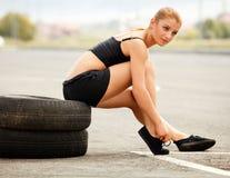 Портрет молодой Sporty женщины делая протягивающ тренировку. Стоковые Изображения