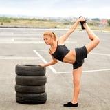 Портрет молодой Sporty женщины делая протягивающ тренировку. Стоковое фото RF