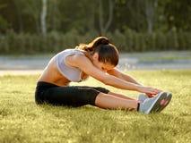 Портрет молодой Sporty женщины делая протягивающ тренировку. Стоковая Фотография