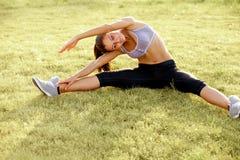 Портрет молодой Sporty женщины делая протягивающ тренировку. Athlet Стоковые Фотографии RF