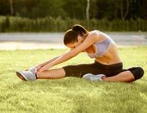 Портрет молодой Sporty женщины делая протягивающ тренировку. Athlet Стоковые Изображения RF