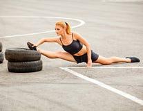 Портрет молодой Sporty женщины делая протягивающ тренировку. Athlet Стоковые Фото